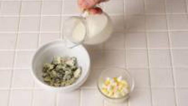 Mezcla el queso azul, el huevo duro picado, la nata y una pizca de Avecrem Caldo de Pollo Granulado.