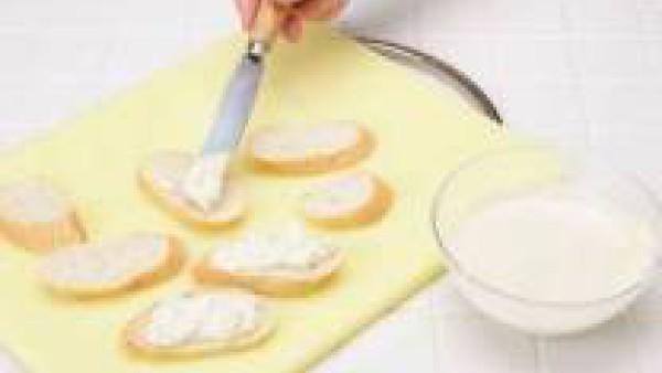 Unta el pan con esta mezcla y añade las nueces como decoración.