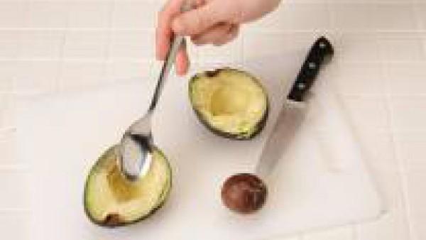Corta los aguacates por la mitad. Quita el hueso y, con la ayuda de una cucharilla, vacíalos.
