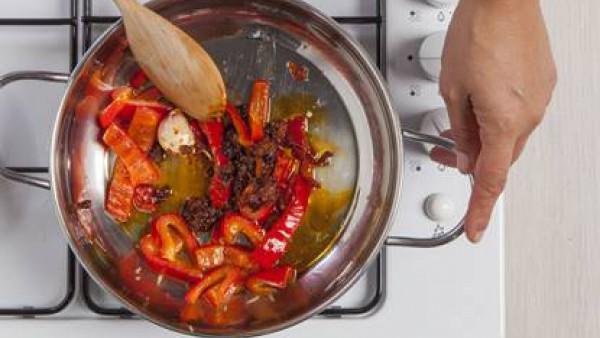 Fríe en una sartén con aceite, el pimiento sin semillas (la ñora), la guindilla, las avellanas y los ajos.