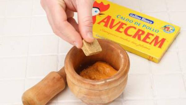 Sácalo de la sartén y ponlo en un mortero. Machácalo todo hasta conseguir una pasta fina. Añade el vinagre y el aceite de freír las avellanas. Sazona con Avecrem Caldo de Pollo desmenuzado y bátelo pa