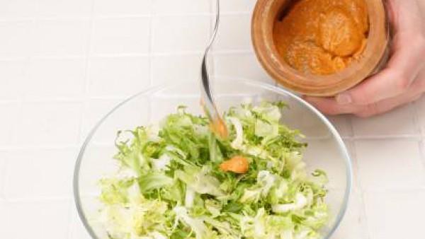 Limpia la escarola y escúrrela bien. Mézclala con la salsa y déjala reposar antes de servir.