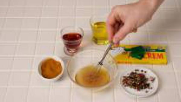 Bate con varillas el vinagre, el aceite, y el Avecrem Caldo de Pollo para hacer una vinagreta.