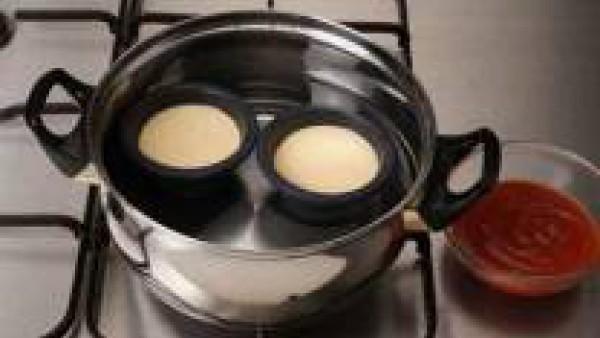 Engrasa una flanera con aceite y pan rallado, (pueden ser moldes individuales) rellénala con la mezcla. Cuece al baño María hasta que el flan esté cuajado. Sirve acompañado de salsa de tomate o mayone