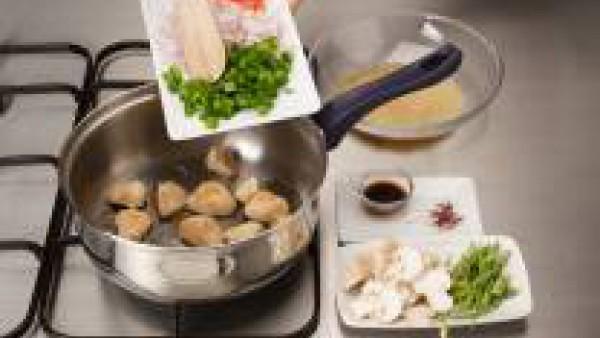 Pon el aceite en una cazuela y cuando este caliente, fríe el pollo. Añade la pastilla de Avecrem y rehoga. Agrega las judías verdes, los champiñones y el arroz. Incorpora la salsa de soja sin gluten y