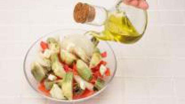 En un recipiente grande para microondas, coloca las alcachofas, la cebolla frita y el Tomate Frito Gallina Blanca. Añade el aceite y la mitad de la mantequilla. Introduce en el microondas a la máxima
