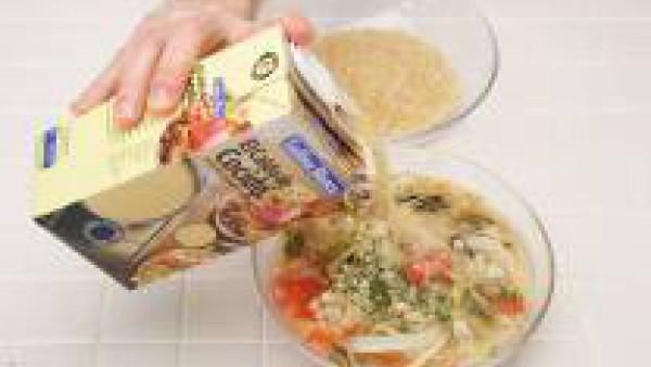 Machaca el ajo y el perejil. Agrégalos al sofrito junto con el Caldo de Pollo Gallina Blanca y el arroz. Mezcla bien, tapa y vuelve a introducir en el microondas a la máxima potencia durante 16-18 min