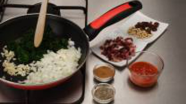 Rehogar las espinacas, la cebolla y el ajo y dejar que reduzcan. Agregar el Tomate Frito Gallina Blanca, los piñones, las pasas, el jamón y remover bien. Sazonar con canela y pimienta.