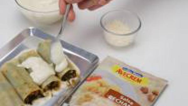 Rellenar los canelones, previamente remojados como indica el envase y cubrir con Mi Salsa Bechamel, preparada con el medio litro de leche, siguiendo las instrucciones del sobre. Gratinar.