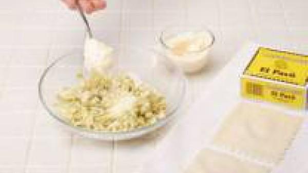 Hidrata la pasta de canelones El Pavo siguiendo las instrucciones del paquete. Tritura las alcachofas escurrida y añade el queso, el diente de ajo y 4 cucharadas de mayonesa.