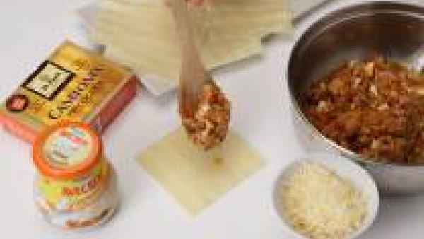 Prepara los canelones como indica el envase. Desmenuza el atún y mezcla con las aceitunas, el pimiento morrón y los huevos duros, todo muy picado. Añade a esta mezcla la mitad del Tomate Frito Gallina