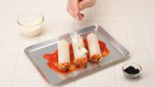 Cubre con la salsa mayonesa y gratina. Se pueden decorar con caviar negro y servir fríos sin gratinar.