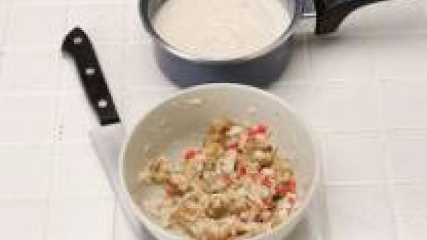 Pica el pescado, las gambas, los pimientos y la pulpa de las berenjenas asadas y mezcla con dos cucharadas de salsa. Rellena los canelones y ponlos en la bandeja del horno.