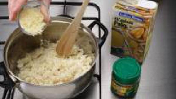 Rehoga el arroz en 3 cucharadas de aceite con el Avecrem. Incorpora el caldo y cuece más o menos unos 14 minutos, o hasta que se absorba el caldo. Añade el queso rallado y remueve.
