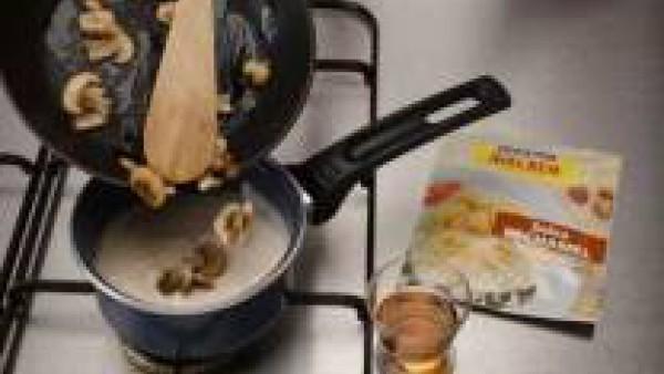 Mientras haz Mi Salsa Bechamel siguiendo las instrucciones del sobre, añade los champiñones  rehogados con mantequilla y el vino de oporto y deja cocer 5 min.