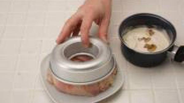 Desmolda la corona de arroz y vierte la salsa  en el centro.