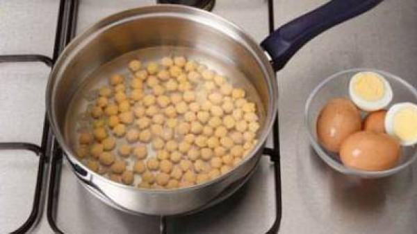 Cuece los garbanzos o utilízalos ya cocidos. Hierve los huevos 12 minutos.