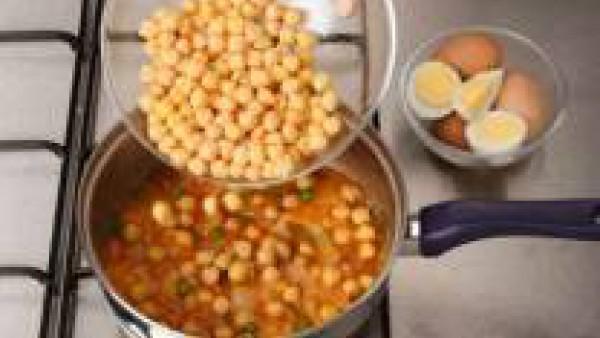 Vierte los garbanzos ya cocidos sobre el sofrito, mezcla y cuece a fuego lento unos minutos más.