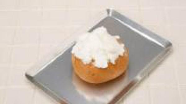 Con la batidora, monta la clara a punto de nieve y sazona con el Avecrem; cubre el panecillo. Cuece unos minutos en el horno y luego a gratinar. Sirve caliente.