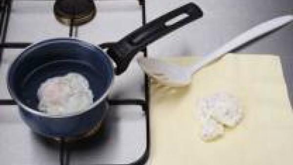 Calienta agua en una cazuela y añádele un chorrito de vinagre. Cuando empiece a hervir, echa los huevos de uno en uno y déjalos cuajar. Retíralos con una espumadera, colócalos sobre un papel absorbent