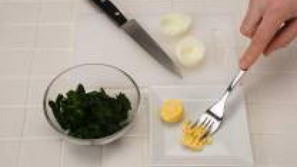 Descongela y rehoga las espinacas sin hervir y sazona con un poco de Avecrem Caldo de Pollo Granulado. Hierve los huevos; enfríalos, pélalos y separa las yemas de las claras.