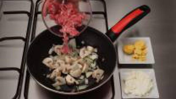 Rehoga la cebolla picada con un poco de aceite. Añade la carne picada y los champiñones. Saltea a fuego fuerte. Mezcla con las yemas y el queso cremoso y rellena las claras con este preparado.