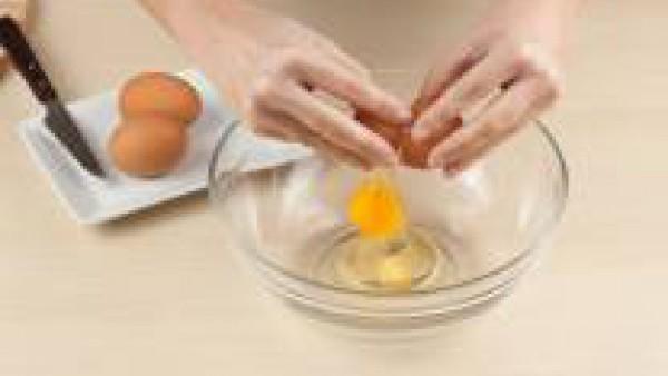 En un bol, bate los huevos con la nata y añade la pastilla de Avecrem desmenuzada.