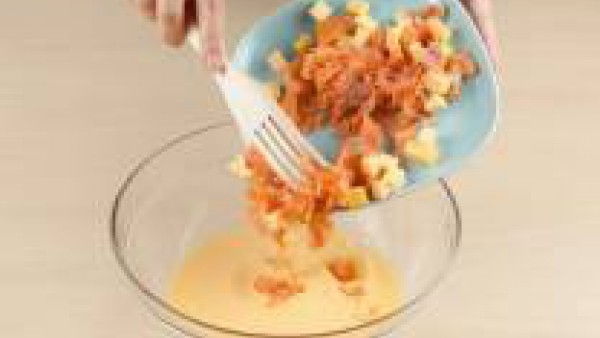 mezcla el queso y el salmon