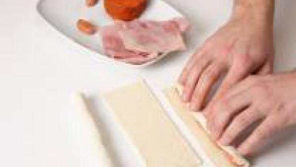 Rellena con el ingrediente escogido y enróllalo.