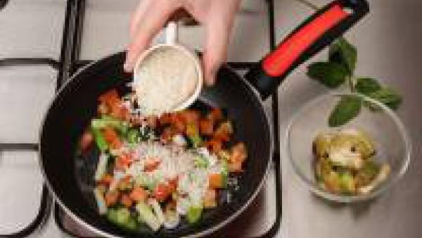 Añade las alcachofas troceadas pequeñas. Rehoga y agrega la hierbabuena y la pastilla de Avecrem desmenuzada.