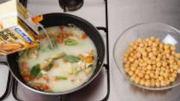 Cubre con el caldo y añade los garbanzos, lavados y bien escurridos. Cuece durante unos 15-20 minutos.