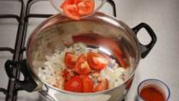 Calienta el aceite en una cazuela, la cebolla picada, el tomate troceado y añade el pimentón dulce. Se puede sustituir la cebolla y el tomate por el Sofrito de Tomate y Cebolla Gallina Blanca.