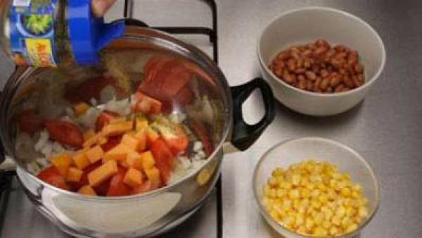 Añade a continuación la calabaza a daditos y sazona con Avecrem. Incorpora las judías y el maíz.