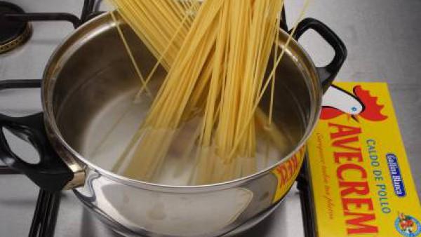 Hierve los espaguetis con la pastilla de Avecrem Caldo de Pollo, hasta que estén al dente. Escurre.