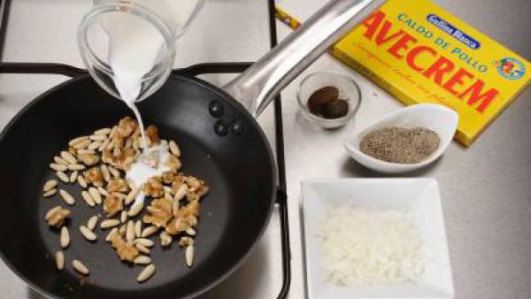 Tuesta los piñones y las nueces en una sartén sin aceite. Mezclar con el resto de ingredientes y ponlo en el vaso de la batidora.