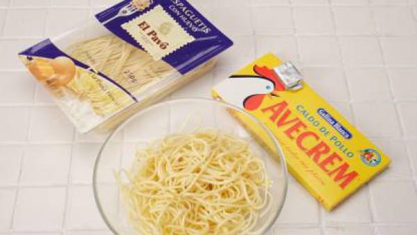 Hierve los espaguetis en abundante agua y con la pastilla de Avecrem Caldo de Pollo. Escúrrelos, riega con un chorrito de aceite y reserva.