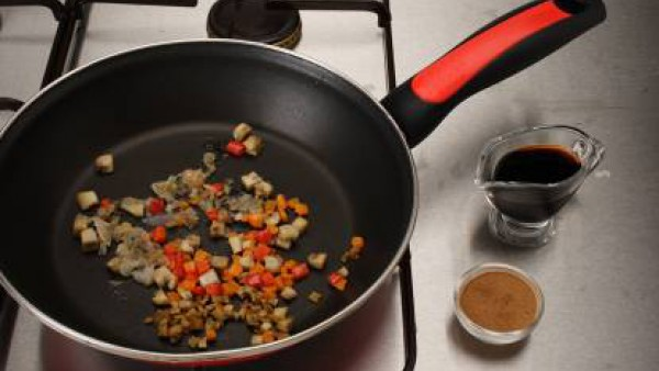 Saltea el Sofrito de Tomate y Verduras y los champiñones a trocitos. Agrega la salsa de soja y la canela. Mezcla con la pasta y sirve caliente.