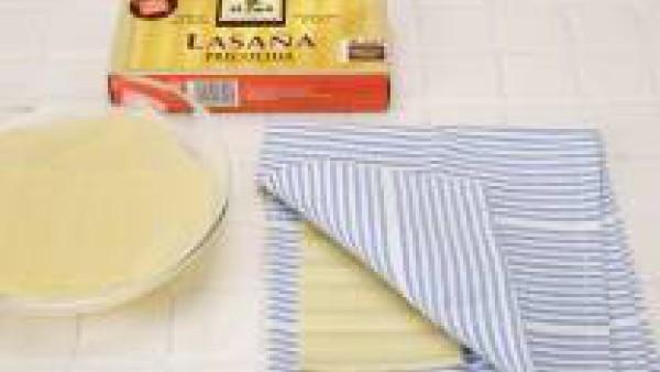 Pon en remojo la Lasaña Fácil El Pavo, tal como indica el fabricante. Seca sobre papel de cocina.