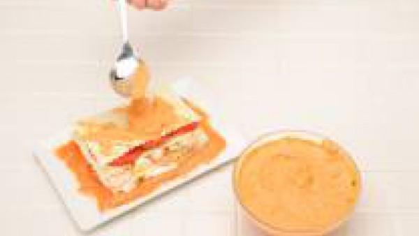 En una fuente, pon una capa de coulis de tomate; encima una placa de lasaña; otra de queso; de nuevo, una placa de lasaña; una capa de gambas y huevo duro; otra de tomate y termina con una placa de la