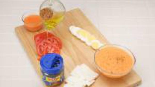 Tritura los pimientos morrones y bate junto con la nata líquida y la pastilla de Avecrem Caldo de Pollo desmenuzada. Reserva. Pela 4 tomates, riégalos con aceite de oliva, sazona y tritura para hacer