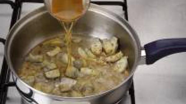 Pica el diente de ajo y rehógalo en aceite. Cuando esté dorado, retíralo y sofríe las alcachofas muy escurridas y partidas a cuartos. Añade la pimienta molida y riega con la cerveza. Lleva a ebullició
