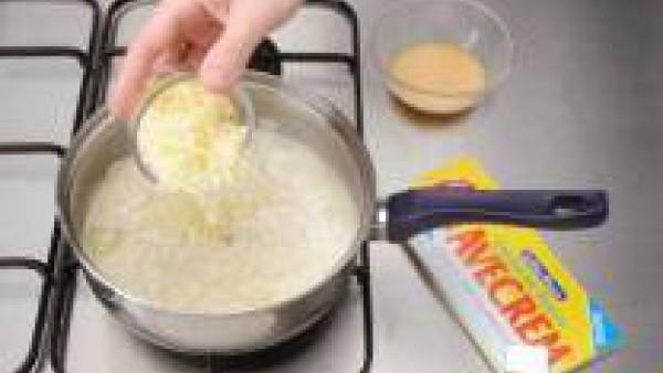 Agrega el queso, el Avecrem desmenuzado y los huevos ligeramente batidos.