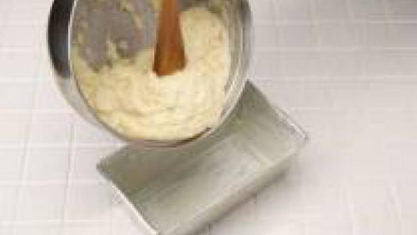 Mezcla bien y vierte en un molde engrasado. Hornea durante 30 minutos aproximadamente.