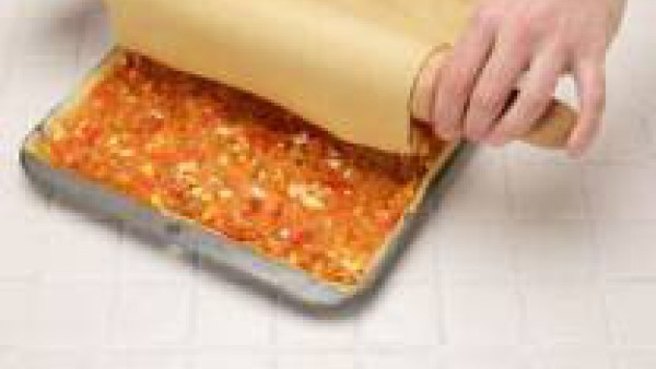 Precalienta el horno a 200º. Mezcla en un bol el Tomate frito de Gallina Blanca con el atún, el huevo duro cortado a rodajas y el pimiento morrón a trocitos, todo sazonado con una pizca de Avecrem Cal