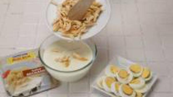 Primero de todo, estira el hojaldre. A continuación, prepara Mi Salsa Bechamel, siguiendo las instrucciones del sobre y mézclala con el pollo y los huevos duros a rodajas.