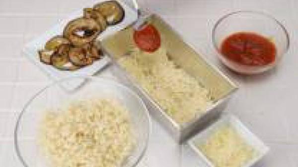 Condimenta el Tomate Frito Gallina Blanca con orégano y una pizca de azúcar.