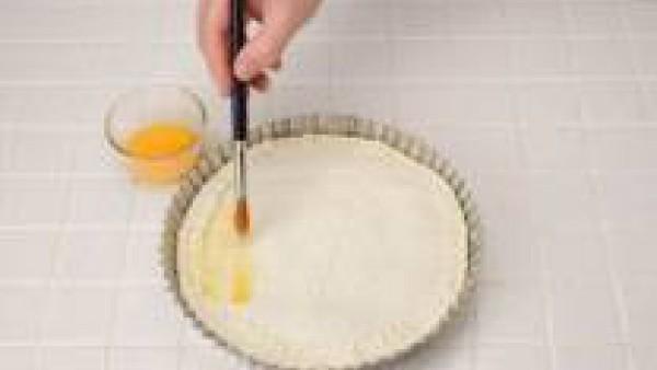 Cubre con otra lámina de hojaldre. Presiona los bordes, pinta con yema de huevo y pincha