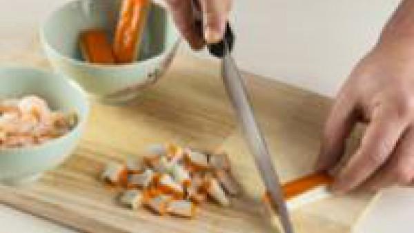 Limpia las colas de gamba bajo el chorro de agua. Escúrrelas y resérvalas. Corta el surimi en trocitos y reserva.