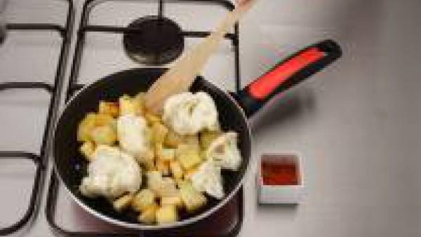 Mezcla la coliflor, la patata y la manzana cocidas previamente en 1 litro de Caldo Casero de Verduras 100% Natural Gallina Blanca. Rehoga en una sartén en la que previamente hayas dorado los ajos muy