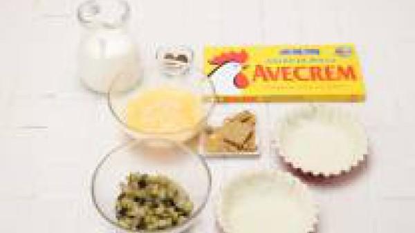 Extiende el hojaldre con el rodillo y forra un molde pinchándolo para que no se hinche. Mezcla la nata, los huevos, el Avecrem Caldo de Pollo y la nuez moscada con las berenjenas.